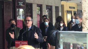 El líder del PSOE madrileño visita la ciudad complutense durante la campaña electoral