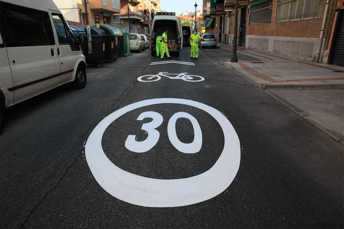 Para ello se ha reducido la velocidad a 30km/h en algunas vías de un único carril y se construirá un amplia red de aparcabicis