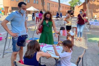 Numerosas familias se acercaron desde primera hora de la mañana al patio del CEIP Cardenal Cisneros para disfrutar de las actividades programadas