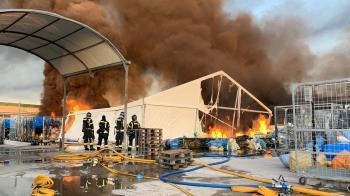 El fuego ha afectado a varias naves de la calle Monasterio de las Huelgas