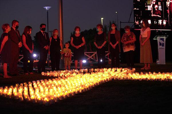 Las Rozas ha celebrado un emotivo acto en memoria de las víctimas y en agradecimiento a los trabajadores de la primera línea