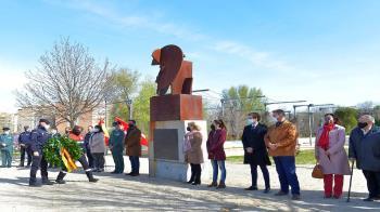 El acto tuvo lugar en el parque Tierno Galván junto a la escultura de Canogar