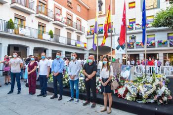 Hasta el día 24 de junio el balcón de la fachada del Ayuntamiento lucirá los pañuelos de las peñas