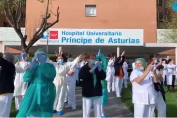El Hospital ha acogido esta mañana los aplausos de su personal hacia Policía, Limpieza y Protección Civil, que se han desplazado a sus puertas para hacer lo propio con los trabajadores sanitarios