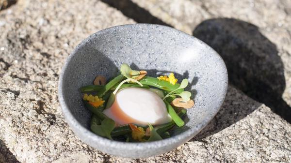Huevos a baja temperatura con parmentier de patata y chips de ajo