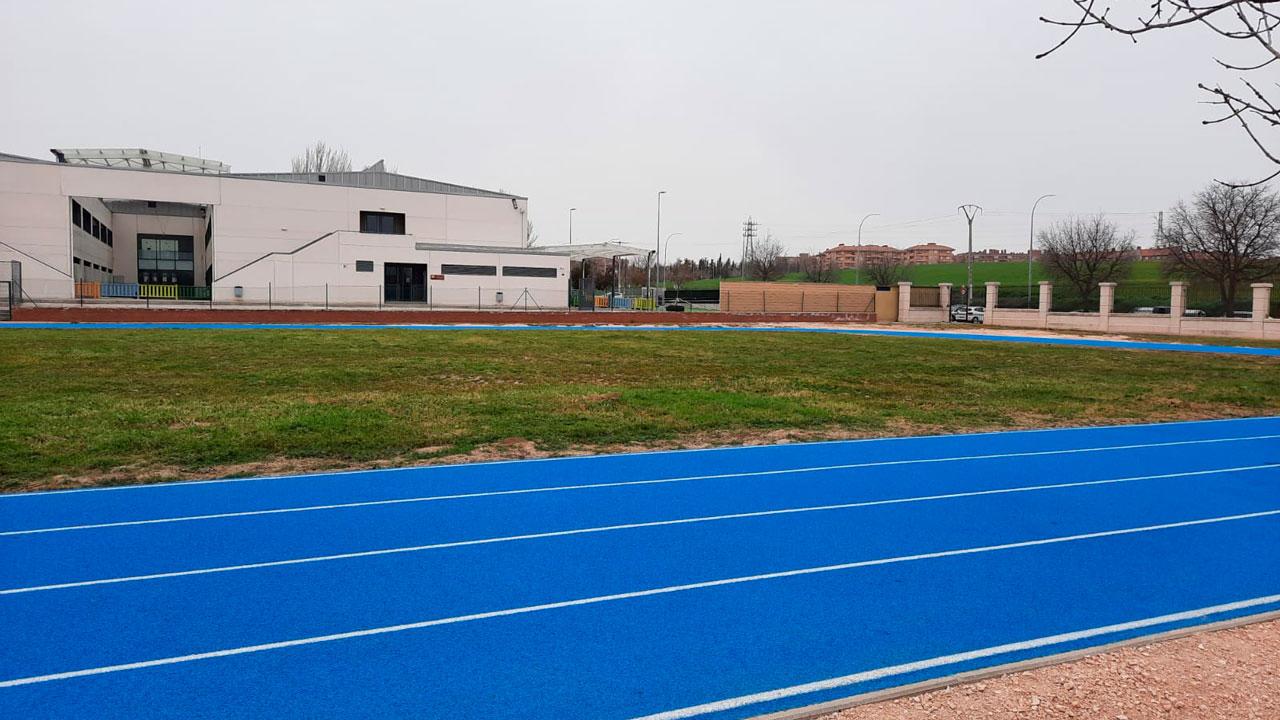 La Concejalía de Deportes organiza unas jornadas de iniciación al atletismo para adultos e infantil.