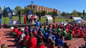 Cerca de 500 escolares de ocho centros educativos del distrito han participado en el evento, que busca fomentar el ejercicio físico y la convivencia entre colegios