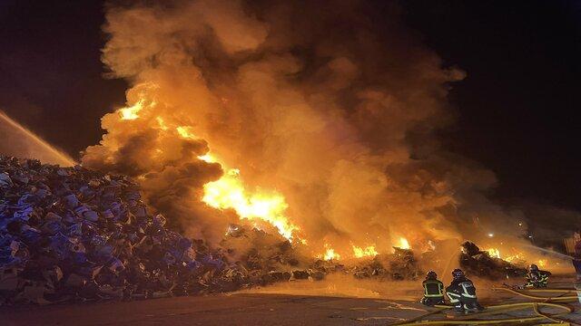El incendio continúa siendo sofocado por los bomberos