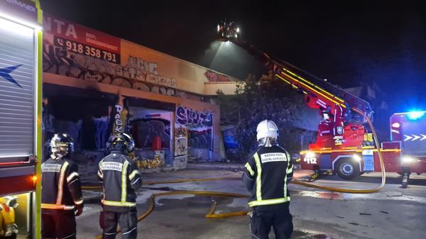Cuerpos de la Comunidad de Madrid y de Fuenlabrada redujeron anoche las llamas de la nave