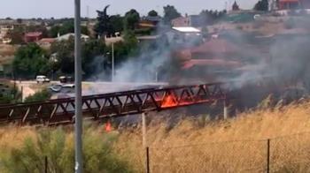 El viento ha propagado las llamas provocando la quema de maleza e, incluso, vehículos