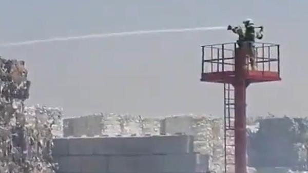 Los bomberos de Alcorcón intervienen un incendio en la papelería Solís de Alcorcón y piden el cierre de sus ventanas a los vecinos