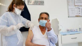 Escrache a Miguel Ángel Revilla durante su vacunación