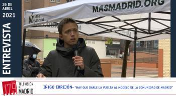 Televisión de Madrid entrevista al diputado durante un acto de campaña de Más Madrid en Fuenlabrada