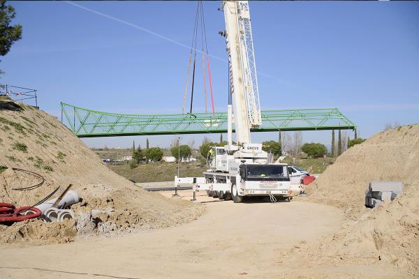 Instalada la pasarela peatonal que conecta la avenida Isabel de Farnesio con la M-513