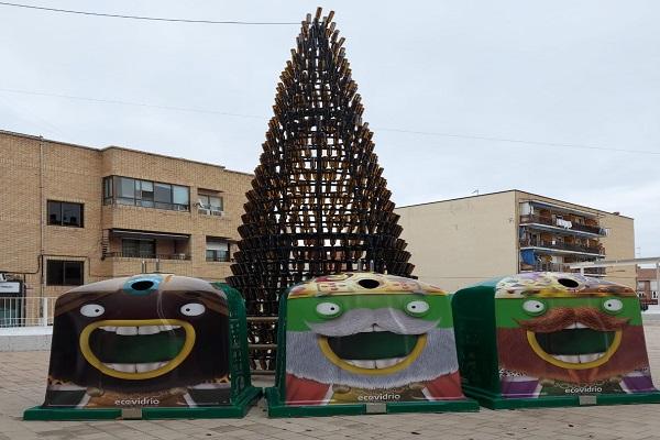 Se ha instalado también un Belén elaborado con papel reciclado y un mural hecho con botes de refrescos
