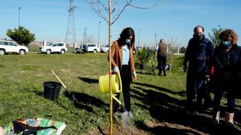 La presidenta se sumaba a la implantación de 150 árboles, 600 arbustos y 20.000 semillas herbáceas en la zona verde