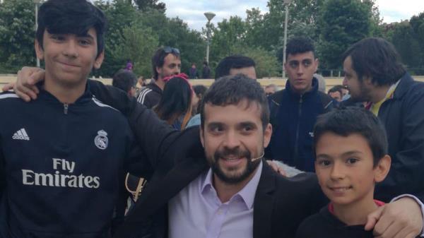 Le han recordado al teniente de alcalde la foto que se hizo con dos de los niños antes de las elecciones