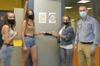 Un mensaje de concienciación ante la situación sanitaria y a la vez reparten una mascarilla y un gel hidroalcohólico de uso particular
