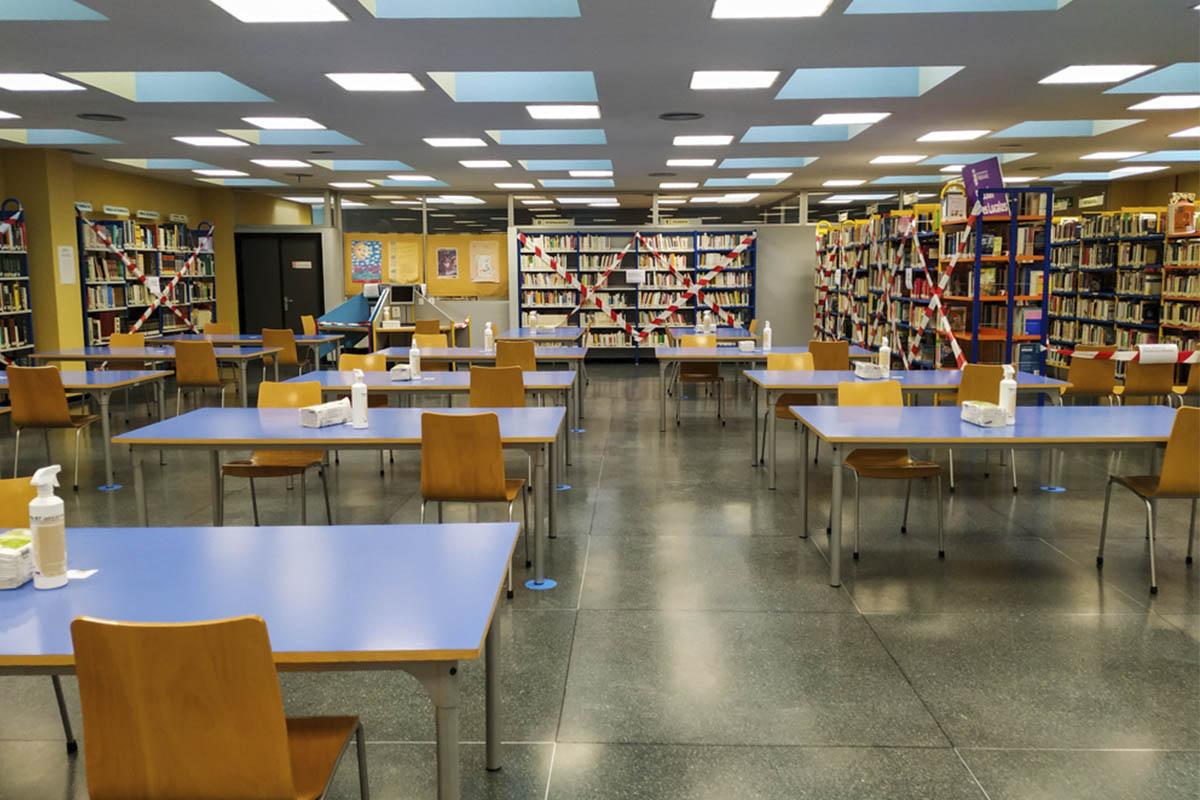 La Biblioteca Gabriel Celaya da servicio a los vecinos de la zona confinada
