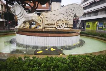 Una acción pacífica reivindicativa en la fuente de la plaza Palacios
