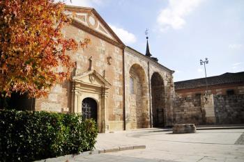 Ubicado al fondo de la Plaza Cervantes, este edificio acoge en la actualidad una de las Oficinas de Turismo de la ciudad