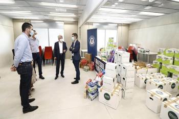 El alcalde complutense, Javier Rodríguez Palacios, junto con Alberto Blázquez y Blanca Ibarra, recibieron en las instalaciones del Wanda Alcalá los alimentos que serán entregados a entidades de la ciudad