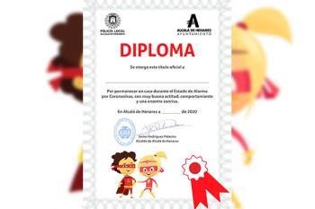 Los diplomas son entregados como premio por haberse portado tan bien durante el confinamiento