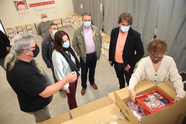 La Red Solidaria dona material escolar a más de 60 centros educativos de la ciudad