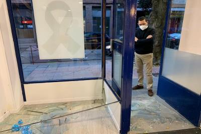 Lee toda la noticia 'La sede del PP amanece con el cristal de su fachada reventado'