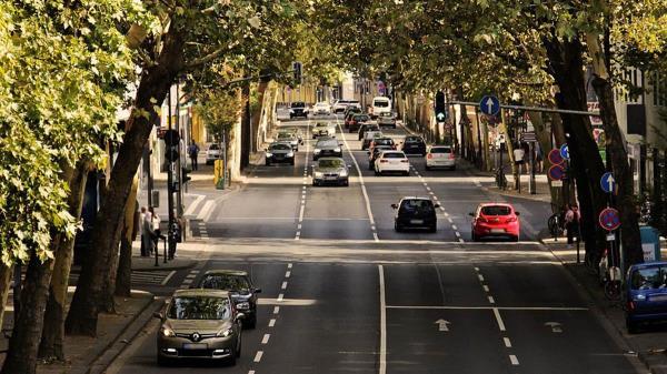 Queda prohibido el acceso a todos los vehículos sin distintivo ambiental; los vehículos con categoría B y C podrán entrar en la zona solo si estacionan en un aparcamiento interior