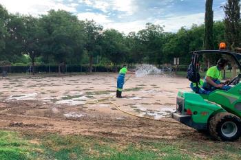 El consistorio ha finalizado los trabajos de desinfección reacondicionamiento de la arena y a la retirada de los hierbajos
