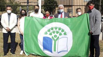 Tres son los centros que han recibido las nuevas banderas de la mano de la Asociación Ambiental y del Consumidor