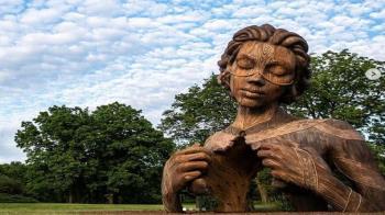 El artista es conocido mundialmente por sus imponentes esculturas en forma de instalaciones de arte público con la temática de la naturaleza humana