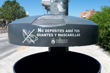 El ayuntamiento conciencia a la ciudadanía con pegatinas en las papeleras para que se deposite correctamente este material