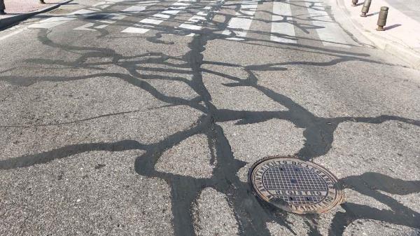 """Carrocerías llenas de alquitrán o una """"pista de patinaje"""" para motoristas y ciclistas son las consecuencias de los trabajos de asfaltado """"chapuza"""", según denuncian algunos partidos"""