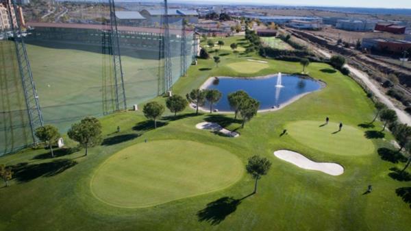 Los vecinos de la urbanización aseguran que les caen bolas de golf todos los días