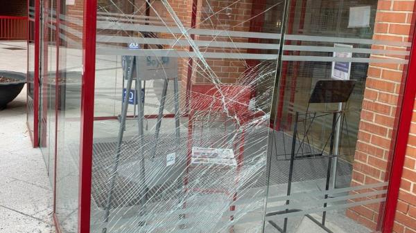 Localizado el autor del destrozo provocado en la entrada principal del Ayuntamiento de Coslada