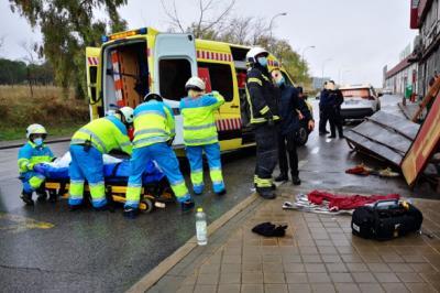 Lee toda la noticia 'Los Bomberos de Fuenlabrada asisten a un trabajador accidentado en Cobo Calleja'