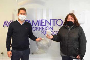 El consistorio ha entregado mascarillas y pantallas a la Asociación de Comerciante de la Zona Centro