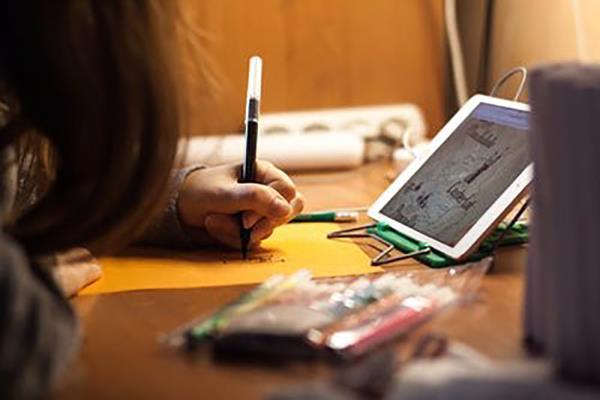 Los estudiantes de familias vulnerables reciben equipos informáticos a través de los centros educativos