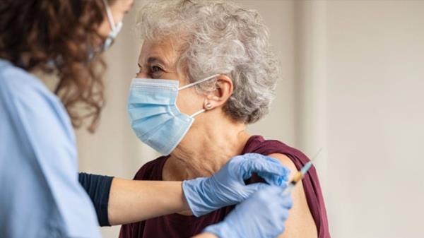 Su inmunidad tras la pauta completa solamente dura tres meses por el deterioro del sistema inmune