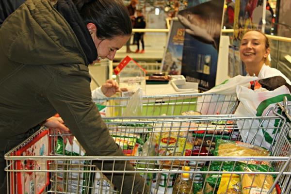 Los vecinos de Sanse donan dos toneladas de comida a personas sin recursos