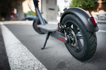 Los VMP (como por ejemplo los patinetes eléctricos) y las bicicletas no pueden circular por las aceras ni zonas peatonales