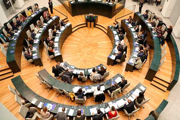 El ayuntamiento de la capital saca adelante la rebaja fiscal prometida para amortiguar la crisis económica provocado por el coronavirus