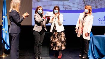 La alcaldesa ha entregado el galardón en el acto de clausura de la semana dedicada al género