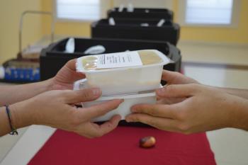Varias familias recogen su comida dos días a la semana en dependencias municipales