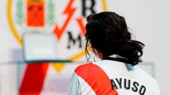 La presidenta regional, Isabel Díaz Ayuso, recibió al equipo vallecano