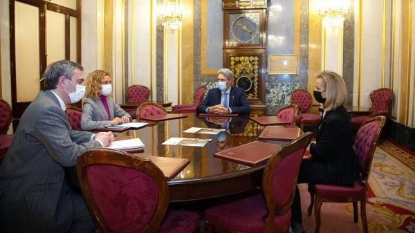 La presidenta del congreso se ha reunido con el rector José Vicente Saz, y con Carmen Mateo, directora del Centro de Estudios de Políticas Públicas y Gobierno