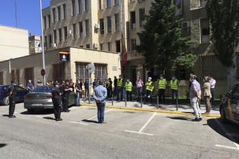 Minuto de silencio frente a la Comisaría de Fuenlabrada por las víctimas por covid19