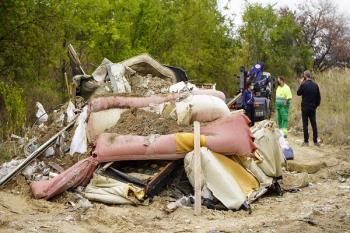 Los operarios han retirado 14 toneladas de basura con escombros de obra, colchones, restos de poda y neumáticos